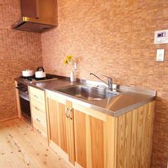 キッチン/自然素材/無垢/国産材/水回り/リフォーム/... モデルルームのオリジナル木製キッチン。間…