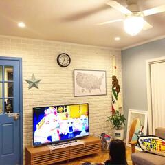 テレビボード/ソファ/unico/ヘリンボーン/観葉植物/パキラ/... 夜のリビング。電球色の照明なので夜は温か…