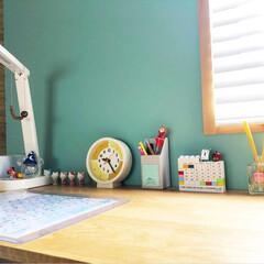 IKEA/カレンダー/バンブーブラインド/時計/無印良品/学習机/... 子供の勉強机です。 小1の娘は最近時計が…