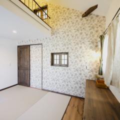 ロフト/畳 ロフトのある寝室。シックな壁紙を張り、落…