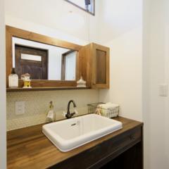 洗面化粧台 アンティークな感じの水栓とタイルで仕上げ…