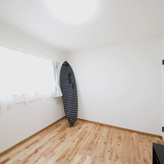 無垢フローリング 子供部屋のカーテンは色違いのシンプルかわ…