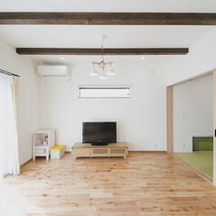 無垢フローリング/梁表し 木の質感が大好きな奥様。床は桜の木の材を…