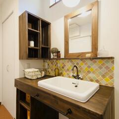 レトロポップ/洗面化粧台 奥様こだわりのレトロでポップなタイルと水…