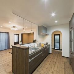 無垢フローリング/アーチ キッチン横のパントリーはアーチ型でかわい…