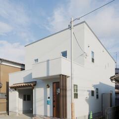 シンプル/洋瓦 玄関横の屋根付きの自転車置き場は使い勝手…