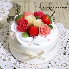 ミニチュア/メモスタンド/ケーキ/ハンドメイド/フェイクスイーツ/スイーツデコ/... 色々な色のバラと真っ赤ないちごを飾ったデ…