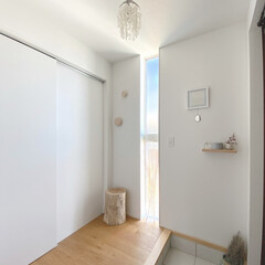 北欧インテリア/玄関あるある/玄関インテリア/スリット窓/切り株/muuto dots 靴箱は設置せずに、土間収納に棚を。何もな…