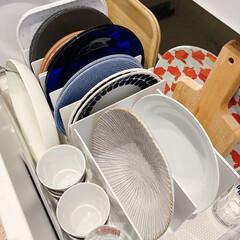カップボード収納/お皿収納 中〜大皿は、取り出しやすく低い位置の引き…