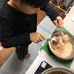 息子お手伝い/肉団子/おうちごはん/フード 今夜は肉団子鍋 二本のスプーンで 丸くし…