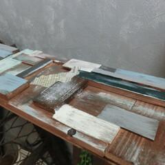 リペイント/ⅮIY/端材パッチワーク/壁塗り 手前・・・大小の端材で棚板を作り、ランダ…