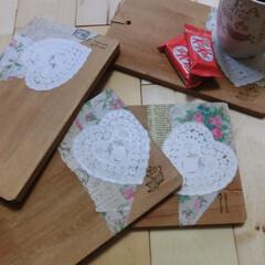 セリア/カフェトレイ/レースペーパー/紙ナプキン 100円ショップの桐まな板に、ステイン剤…