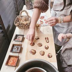 バレンタイン/グルメ/フード/スイーツ/キッチン雑貨/雑貨/... 溶かしたチョコの上にナッツをたくさんのせ…