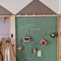 子どもと暮らす/子ども部屋インテリア/子ども部屋/端材活用/端材リメイク/端材DIY/... ピクチャーレールワイヤーフックを使用して…