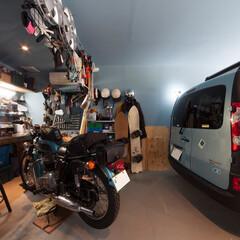 ガレージ 偶然にもクルマの色とお揃いに。奥の作業ス…
