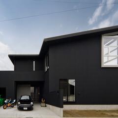 外観/ガルバリウム鋼板/ビルトインガレージ/建築家 マットなブラックのガルバリウム鋼板で引き…