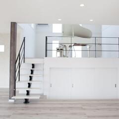 音楽/リノベーション/階段/デザイン階段/ステンレス階段/スチール階段/... 白い空間、よく見ると階段の向こうにグラン…