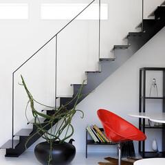 ステンレス階段/階段スペース/デザイン階段/lobesquare/ロブスクエア 白い空間にブラックのステンレス階段で引き…