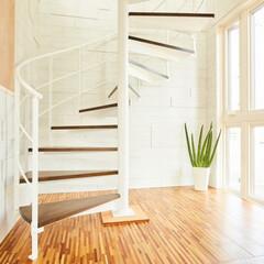 デザイン階段/ステンレス階段/自然光/明るい空間/白い空間/螺旋階段/... 明るい空間に螺旋階段. 千葉県の(株)ユ…