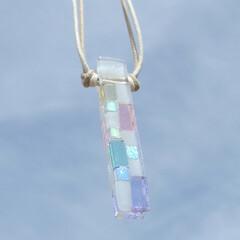 ネックレス/ペンダント 白いガラスと光るガラスと淡いパステル色の…