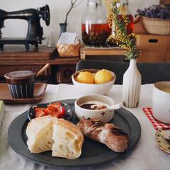 ナッツの蜂蜜漬け/ヨーグルト/春色コースター/作家さんの器/ミモザ/おうちカフェ/... 本日の遅めの朝ごパン🌭 先日、神戸に行っ…