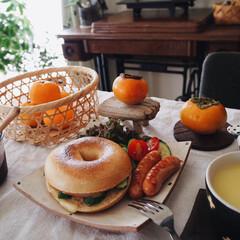 自家製葡萄ジャム/コンポタ/ベーグル/ランチプレート/おうちごはん/柿/... もう夜ですが 本日の朝昼兼用ごパンは ベ…