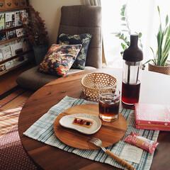 ブックシェルフ/うつわ/アイスコーヒー/おやつ/カフェ/DIY/... 3時のおやつ。 お土産のクッキーと 水だ…