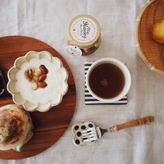 作家さんのうつわ/トマト/ヨーグルト/ナッツの蜂蜜漬け/イングリッシュマフィン/ライム/... ぱぱっとランチ🍳 パン屋さんのイングリッ…