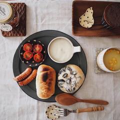 作家さんのうつわ/グルメ/ランチ/お昼ごパン/プレートランチ/おうちカフェ/... 塩パンとスーパーで購入した黒豆パン🥐 黒…