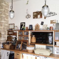 ディスプレイ/雑貨/ガラスシート/レンガ調壁紙壁/白と茶/100均フレーム/... 我が家の中で最大のDIYは、キッチンカウ…
