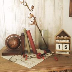 木目調壁紙/丸眼鏡/万年カレンダー/キャビネット/インテリア/雑貨/... DIYしたキャビネットの上。 好きな雑貨…