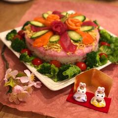 しあわせごはん/桃の節句/ちらし寿司/ケーキ寿司/ひな祭り/わたしのごはん ひな祭りは、毎年ケーキ型のちらし寿司を作…