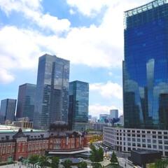 東京駅/おでかけ 東京駅を見下ろす贅沢♪ ビルに映り込むビ…