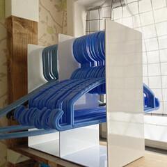 山崎実業 tower タワー ハンガー収納ラック ホワイト 4318   山崎実業(物干しハンガー、ピンチ)を使ったクチコミ「こんばんわ。 ここ最近は雨が多くて、テレ…」(2枚目)