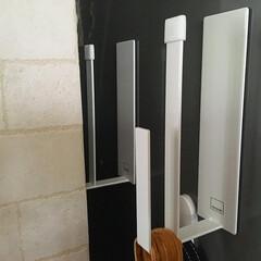 山崎実業 マグネットキッチントレーホルダー タワー 2個組 ホワイト 5050(吸盤フック)を使ったクチコミ「こんにちは☺︎ 週の始まり月曜日。 キッ…」(2枚目)