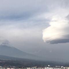 笠雲/富士山🗻 今日、昼休み終わりの14時30分頃. 朝…