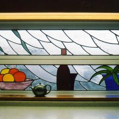 ステンドグラス キッチンのルーバー型サッシにステンドグラ…