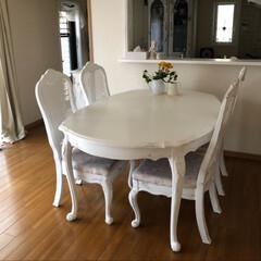 ホワイトインテリア/ダイニングテーブルセット/古いダイニングテーブルセットをリフォーム/シャビー加工/椅子座面張り替え/ダイニングテーブル補修/... 古ーいダイニングテーブルを補修しました。…(1枚目)