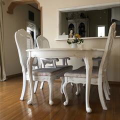 ホワイトインテリア/ダイニングテーブルセット/古いダイニングテーブルセットをリフォーム/シャビー加工/椅子座面張り替え/ダイニングテーブル補修/... 古ーいダイニングテーブルを補修しました。…(2枚目)