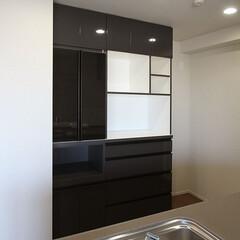 食器/棚/扉/施工 ブラックのアルミフレームガラス扉を使った…
