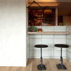 個人邸リノベーション キッチンの対面カウンターも足場板古材で製作