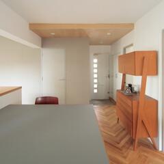 個人邸リノベーション 大きなテーブルが特徴のダイニングスペース