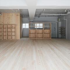 スタジオリノベーション グレーの壁・天井とヒノキ材が落ち着くスタ…