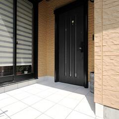 玄関/白タイル 白いタイルに光が反射し明るい玄関でお出迎…