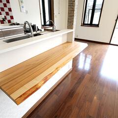 キッチンカウンター/無垢/杉 キッチンのカウンターテーブルには、無垢材…