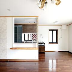 リビング/ウォールナット/エコカラット 床材にはウォールナットを使用し、正面の壁…