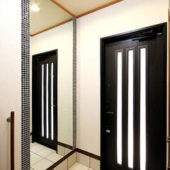 玄関/姿見鏡/白いタイル/モザイクタイル 白いタイルにアクセントとして姿見鏡の両サ…