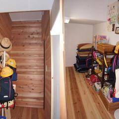 納戸/自然素材 納戸の壁に杉の無垢板をはることで、納戸内…