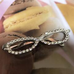 手作りアクセ/メガネ#スワロフスキー#ブローチ#... メガネ型のクリップに、スワロフスキーで華…