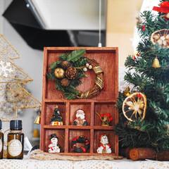 クリスマス/クリスマスオーナメント/飾り棚/ニス/リース/ハンドメイド クリスマスオーナメントを飾った飾り棚を作…